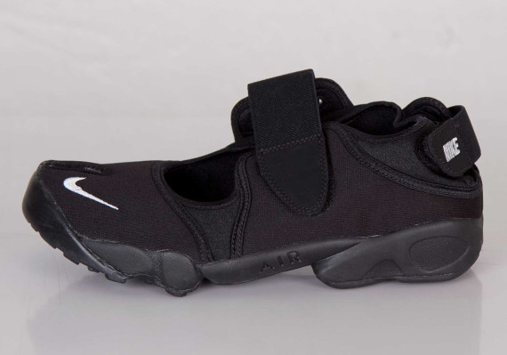 nike-air-rift-blackout-01-570x399